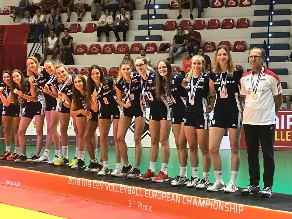 Oliwia Bałuk i koleżanki podczas ceremonii medalowej