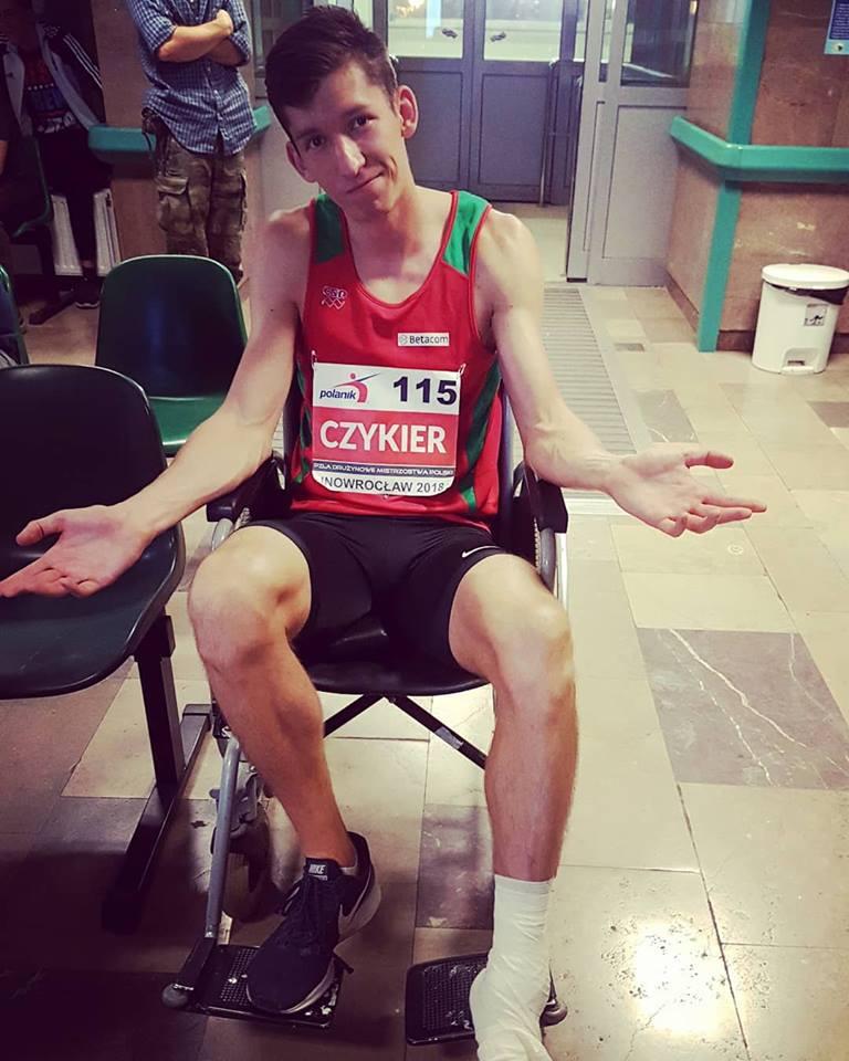 Damian Czykier z kontuzjowaną nogą