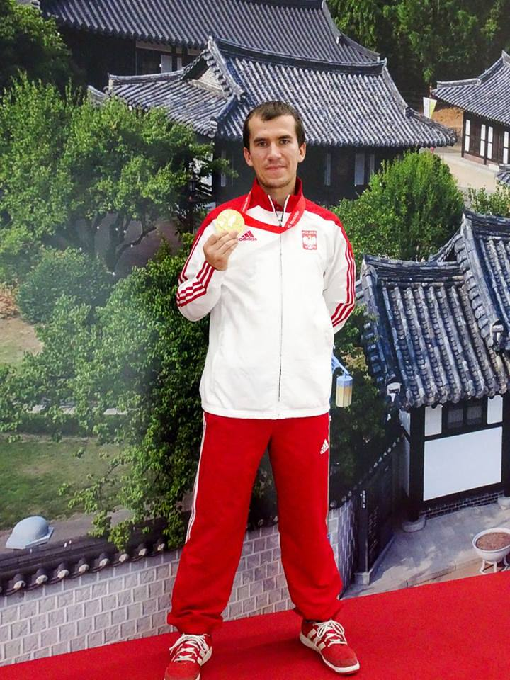 Tomasz Bartnik i jego medal