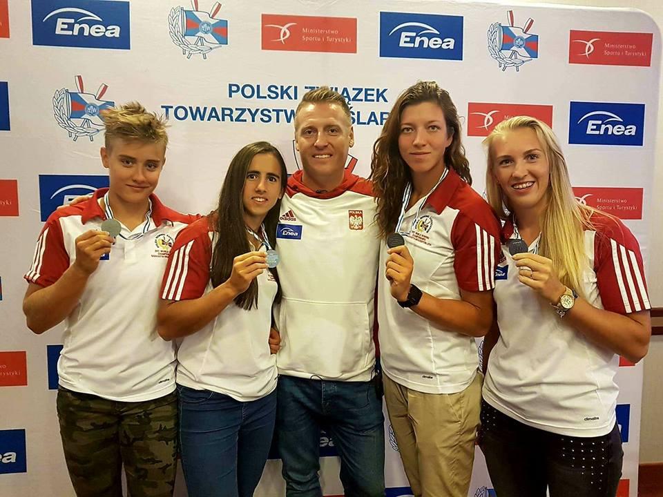 Wioślarska czwórka kobiet z medalami