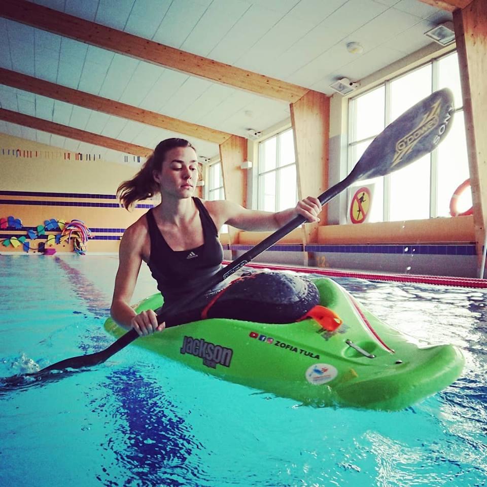 Zofia Tuła ćwiczy w basenie