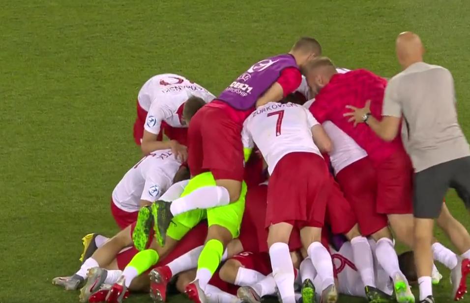 Czesław Michniewicz ma powody do radości, szaleństwo naszych graczy po wygraniu z Włochami