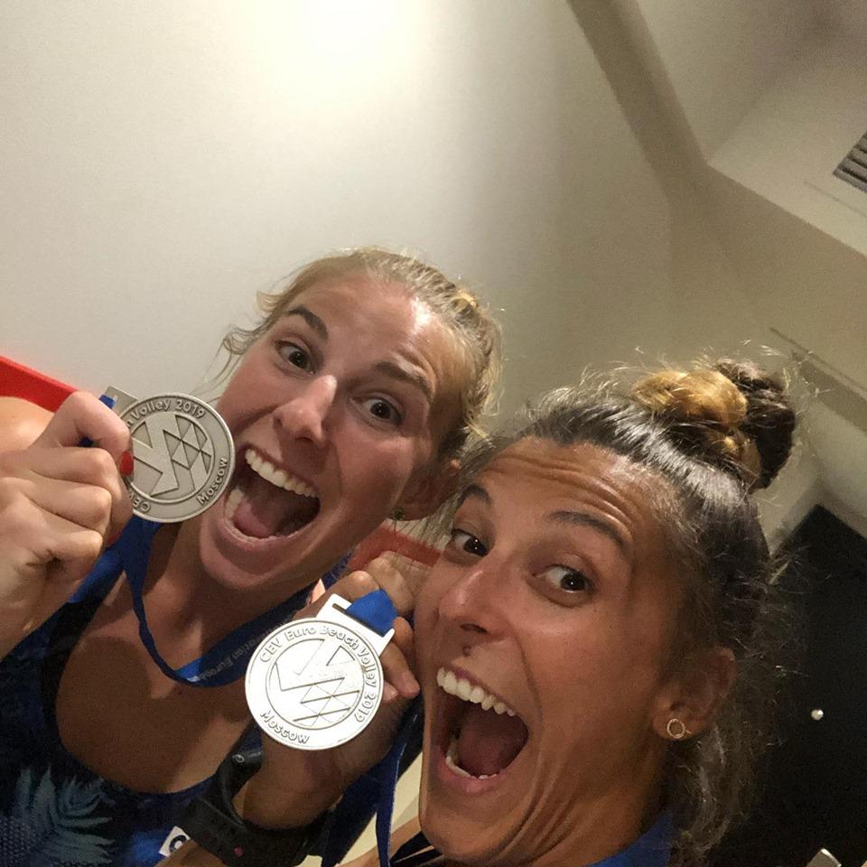 Katarzyna Kociołek i Kinga Wojtasik z medalami