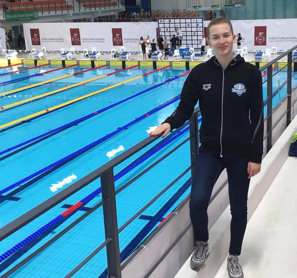 Julia Chmielewska przy basenie
